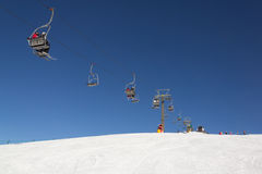 Skifahrer auf Skiliften in Val Gardena Ski nehmen, Sellaronda Zuflucht Lizenzfreie Stockfotografie