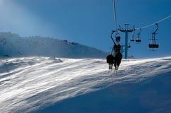 Skifahrer auf Stuhlaufzug Lizenzfreies Stockfoto