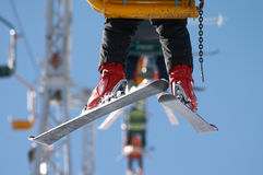 Skifahrer auf Stuhlaufzug Stockfotos