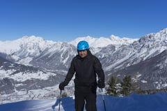 Skifahrer bereit zu einer Fahrt auf die Spitze des Berges Stockbilder