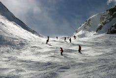 Skifahrer in den Alpen Stockbild