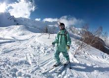 Skifahrer in den Bergen bei Krasnaya Polyana Lizenzfreie Stockfotografie