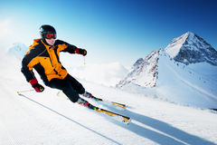 Skifahrer in den Bergen, in vorbereitetem piste und im sonnigen Tag Stockfoto