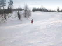 Skifahrer, der abwärts Ski fährt Lizenzfreies Stockfoto
