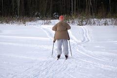 Skifahrer, der abwärts während des sonnigen Tages im Hochgebirge Ski fährt lizenzfreies stockfoto