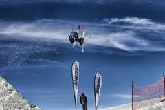 Skifahrer in der Aktion Lizenzfreie Stockfotos