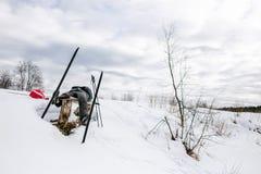 Skifahrer, der auf Bank nach einer langen Wanderung sich entspannt Stockbild