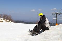 Skifahrer, der auf dem Schnee sitzt Letzter Tag bei Vasilitsa Ski Resort für Stockbilder