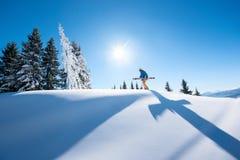 Skifahrer, der auf den Berg stillsteht stockbilder