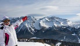 Skifahrer, der auf die Steigungen des Skiorts zeigt Lizenzfreies Stockfoto