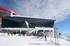 Skifahrer an der Chopok-Seilbahnstation an einem sonnigen Tag des Winters im Skiort Jasna, Slowakei lizenzfreie stockfotografie