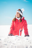 Skifahrer der jungen Frau, der den lächelnden und ein Sonnenbad nehmenden Schnee genießt Lizenzfreie Stockfotografie