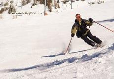Skifahrer an der Kurve Stockbild