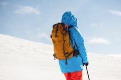 Skifahrer, der mit Ski auf schneebedeckten Bergen steht lizenzfreie stockbilder