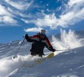 Skifahrer, der mit voller Drehzahl zerreißt Stockfotografie