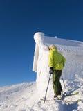 Skifahrer, der nahe bei der Kabine abgedeckt im Frost steht Stockbild