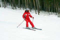 Skifahrer in der roten Klage stockbild