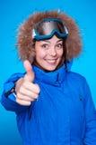 Skifahrer, der sich Daumen zeigt Stockbilder