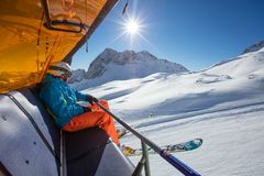 Skifahrer, der am Skiaufzug sitzt lizenzfreies stockfoto