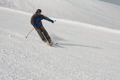 Skifahrer an der Steigung Stockbilder