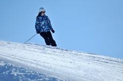 Skifahrer, der unten auf dem Piste Ski fährt Lizenzfreies Stockfoto