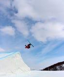 Skifahrer, der weg ein großer Sprung in Hanazono-Park geht lizenzfreie stockbilder