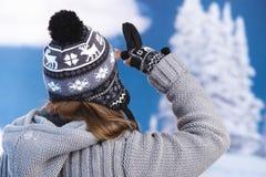 Skifahrer, der zum Abstand auf die schneebedeckte Oberseite schaut Lizenzfreie Stockfotografie