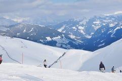 Skifahrer, die auf dem Piste in den Alpen Ski fahren Stockbilder