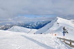 Skifahrer, die auf dem Piste Ski fahren Stockfoto
