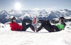 Skifahrer, die auf Schnee im Hochgebirge, Alpen Frankreich liegen Lizenzfreies Stockbild