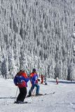 Skifahrer, die einen Bruch nehmen stockfoto