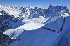 Skifahrer, die für Vallee Blanche vorangehen Stockfotos