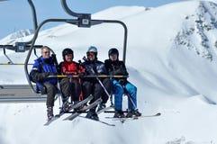 Skifahrer, die mit einem Skiaufzug in einem Skiort steigen Stockfoto
