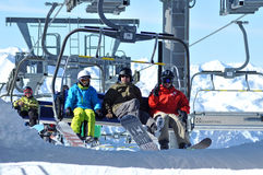 Skifahrer, die mit einem Skiaufzug in einem Skiort steigen Stockbilder
