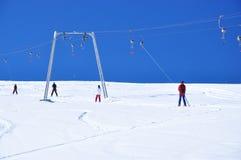 Skifahrer, die steigen Stockfoto