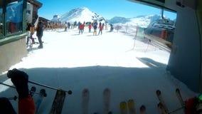 Skifahrer, die weg Sesselbahn pov erhalten stock video