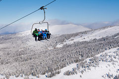Skifahrer, die zur hohen Bergstation auf dem Skiaufzug ankommen Lizenzfreies Stockbild