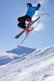 Skifahrer in einem Sprung Stockfoto
