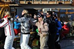 Skifahrer an einer Party in den österreichischen Alpen Lizenzfreies Stockfoto
