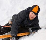 Skifahrer gefallen nachdem dem Schieben Stockfotografie