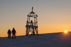 Skifahrer gehen auf Berg Lizenzfreie Stockfotos