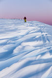 Skifahrer gehen Berg hinauf Lizenzfreies Stockbild
