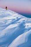 Skifahrer gehen Berg hinauf Stockbild