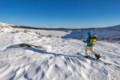 Skifahrer gehen mit Rucksack Stockbilder