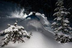 Skifahrer gehen Pulverschnee hinunter Stockbilder