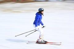 Skifahrer gehen unten in Bukovel Rücksortierung, Ukraine Stockbild