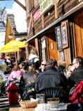 Skifahrer genießen das Mittagessen draußen Stockfoto
