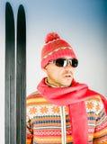 Skifahrer in gestrickter Wolle kleiden mit Verzierung und Sonnenbrille an Stockbilder