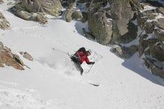 Skifahrer im couloir Stockbild