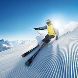 Skifahrer im hohen Berg Stockfoto